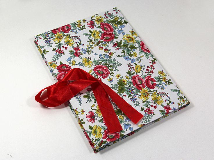 Klasyczna, ręcznie wykonana księga gości z ochronną wkładką zabezpieczającą przed zniszczeniami. Księga obleczona jest bawełnianym płótnem o kwiatowym wzorze na białym tle.   Do kupienia w sklepie internetowym Madame Allure!