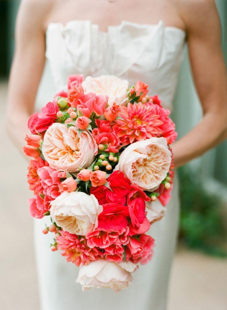 bouquet de mariée retombant en couleurs corail et pêche