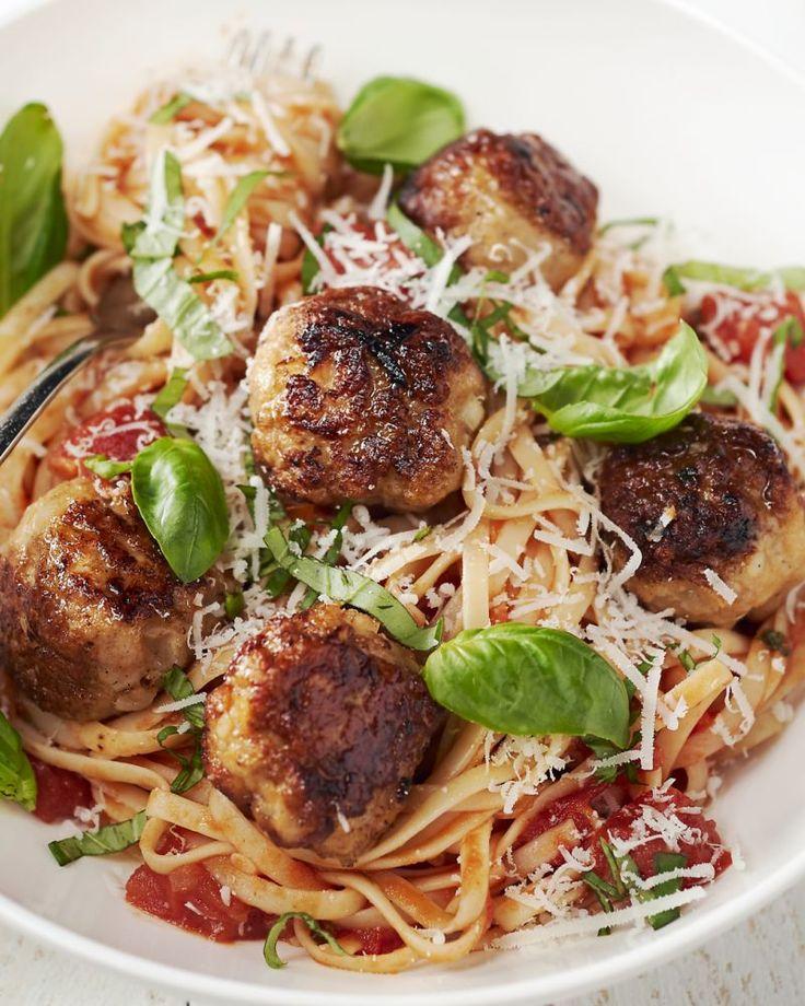 Een heerlijke pastaschotel met een smaakvolle tomatensaus en lekkere gehaktballetjes van kip. Ideaal voor op een doordeweekse avond.