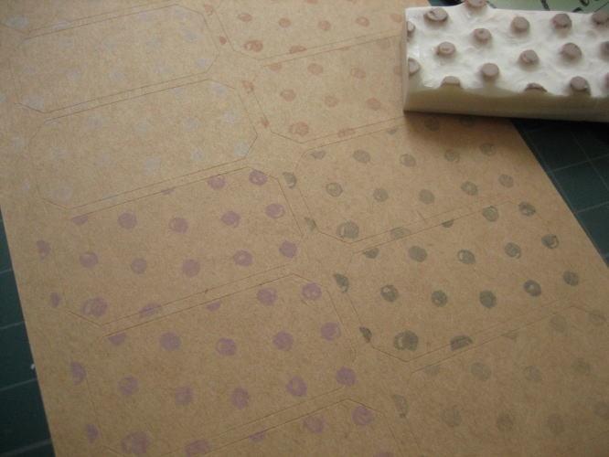クラフト紙のラベルシールに、消しゴムスタンプでつけた水玉模様。