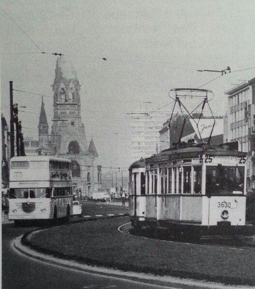 Zwei-Wagenzug der Linie 25 Richtung Schöneberg-Gotenstrasse unrundet den U-Bahnhof Wittenbergplatz gefolgt von einem Büssing Doppeldecker,1963