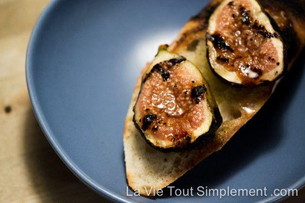 Une entrée toute simple au BBQ : la tartine aux figues grillées. Détails sur www.lavietoutsimplement.com