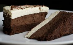 Μια πανεύκολη συνταγή για ένα δροσερό, χωρίς ψήσιμο, γλυκό ψυγείου με στρώσεις τριπλής σοκολάτας. Εύκολο στη παρασκευή του, υπέροχο και λαχταριστό στη γεύση του. Υλικά Για τη βάση: •1 φλ. τσαγιού θρυμματισμένα στο multi μπισκότα digestive •3 κ.σ. βούτυρο λιωμένο •Για τις στρώσεις σοκολάτας: •600 ml κρέμα γάλακτος [χωριστά 200+200+200] •160 γρ. σοκολάτα κουβερτούρα …