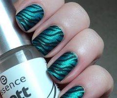 #5 Esmalte de uñas color Nacarado, estilo cebra, me gusta.