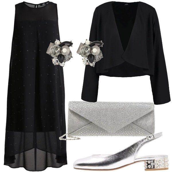 Un outfit elegante, adatto a chi vuole sentirsi a proprio agio. L'abito, infatti, nero, con strass applicati, presenta dei pannelli trasparenti che mascherano le forme. Abbiniamo un blazer corto nero, scarpe color argento, pochette in argento e orecchini a lobo.