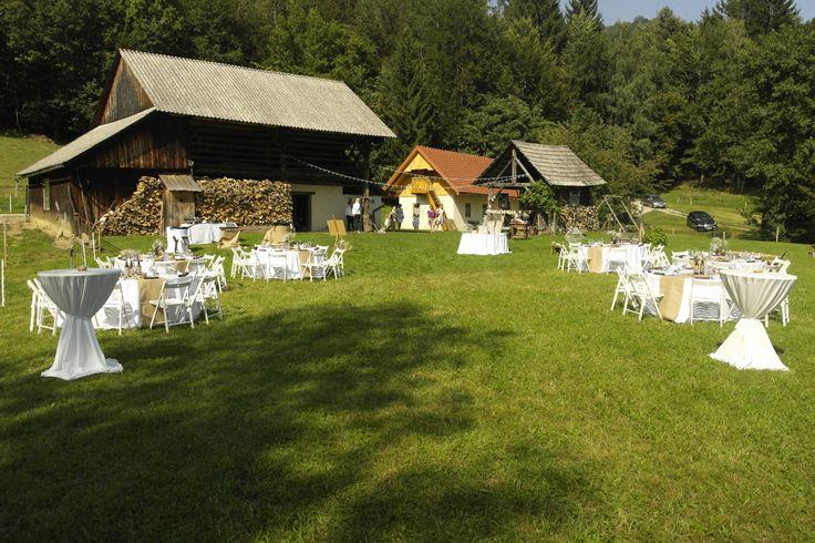 www.kredenca.si | rustic poroka v naravi, pod zvezdami | rustic wedding under the stars | white green brown rustic wedding