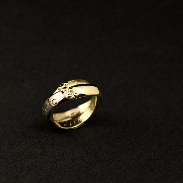 Eindresultaat van Wit-geel gouden Damesring met 3x witte Diamanten en 2x zwarte Diamanten, vervaardigd van 2 Trouwringen #goudsmidmetpassie #herinneringssieraad #herdenkingssieraad aan de buitenkant staan dierbare afbeeldingen gegraveerd...