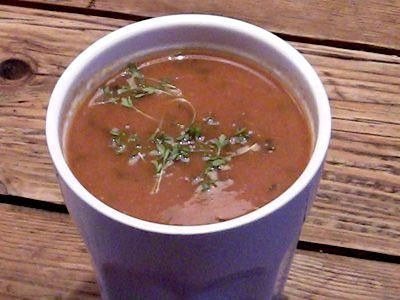 Het is erg lekker om voor een soep de groenten eerst in de oven te grillen. Dit geeft een heerlijke smaak mee aan de soep. Voor dit recept heb ik rode paprika's genomen, omdat die sowieso een extra lekkere smaak krijgen in de oven. Je zou hier eventueel ook alleen volle verse tomaten voor kunnen nemen.