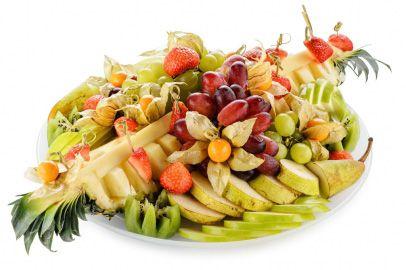 Закуски | Фруктовая тарелка из ананаса, киви, яблок, груши, клубники, винограда и физалиса.