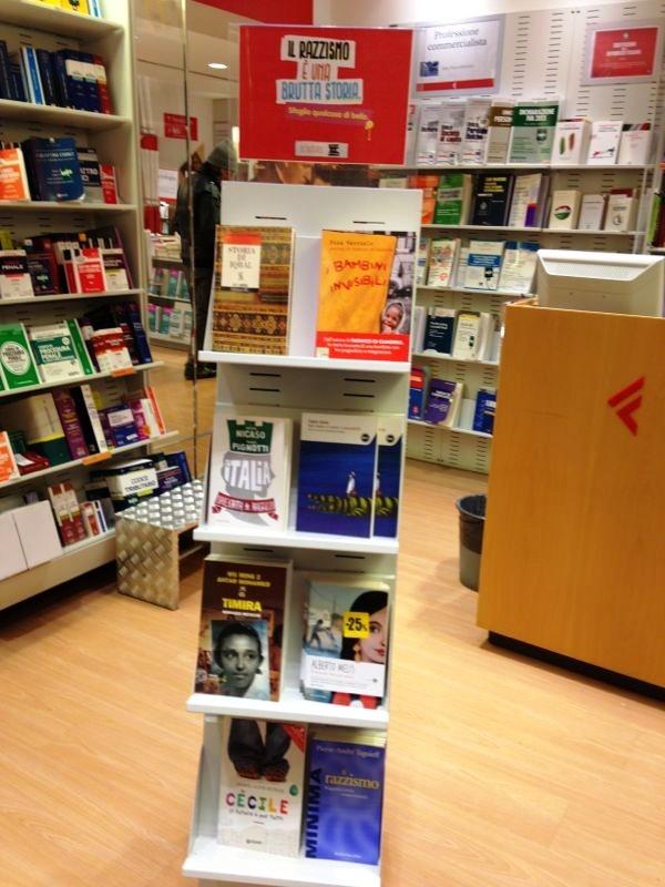 Lo scaffale della libreria la Feltrinelli di Bologna