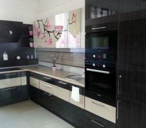 Черно-белая кухня с веткой вишни на фасаде