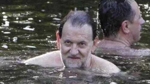 El posado del verano: Por fin se deja ver el monstruo del Lago Ness....jajaja. Vaya tela, tanto tiempo en Escocia y no sabe una palabra de inglés. No hay palabras. !!Qué vergüenza de Presidente!!  #Rajoy #incompetente #corrupcion #PP #MarcaEspaña #MarcaEspana #España #español
