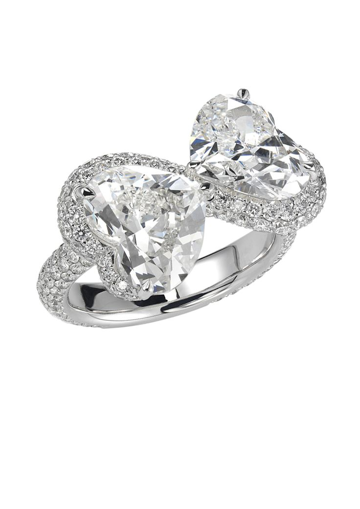 Toi et moi, pour toujours. Cette bague de fiançailles en diamant Chopard absolument unique est une adorable interprétation du fauteuil confident de l'époque victorienne. Deux diamants en forme de cœur de chacun 3,03 et 3,01 carats se lovent...