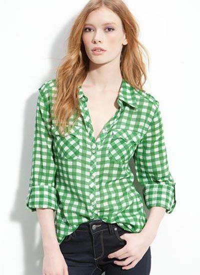 グリーンギンガムチェックシャツ×デニムのコーデ(レディース)海外スナップ | MILANDA