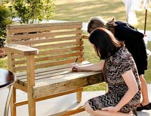 Leuk voor later in de tuin! Jullie gastenboek-bankje!
