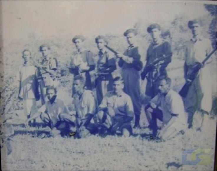 """La foto muestra a un comando del Azad Gomantak Dal (""""Grupo de los Goeses Libres"""") con cuatro colaboradores. Perfectamente uniformados y equipados, fogueados en la guerra del desierto y sus golpes de mano, son el grupo guerrillero que mayores bajas causó a los portugueses en los territorios del Estado Portugués de la India (sólo a lo largo de 1961 causaron la muerte de 80 policías en Goa). Ni en Guinea, Angola o Mozambique volverán a encontrar los lusos un oponente tan temible como éste ."""