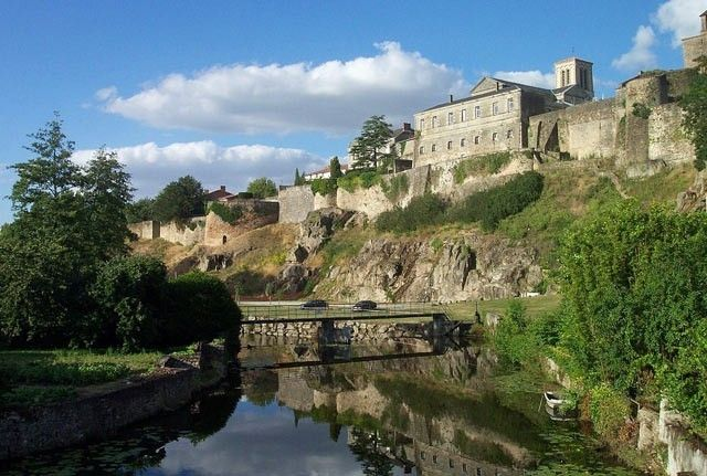 Le Marais poitevin est la deuxième plus grande zone humide de France après la Camargue. C'est une escapade idéale pour une flânerie en barque. Le département des Deux-Sèvres possède également des joyaux d'architecture romane, des villes d'Art et d'Histoire comme Niort, Parthenay et Thouars ainsi que des petites cités de caractère, se succèdent pour la plus grande joie des passionnés de vieilles pierres.