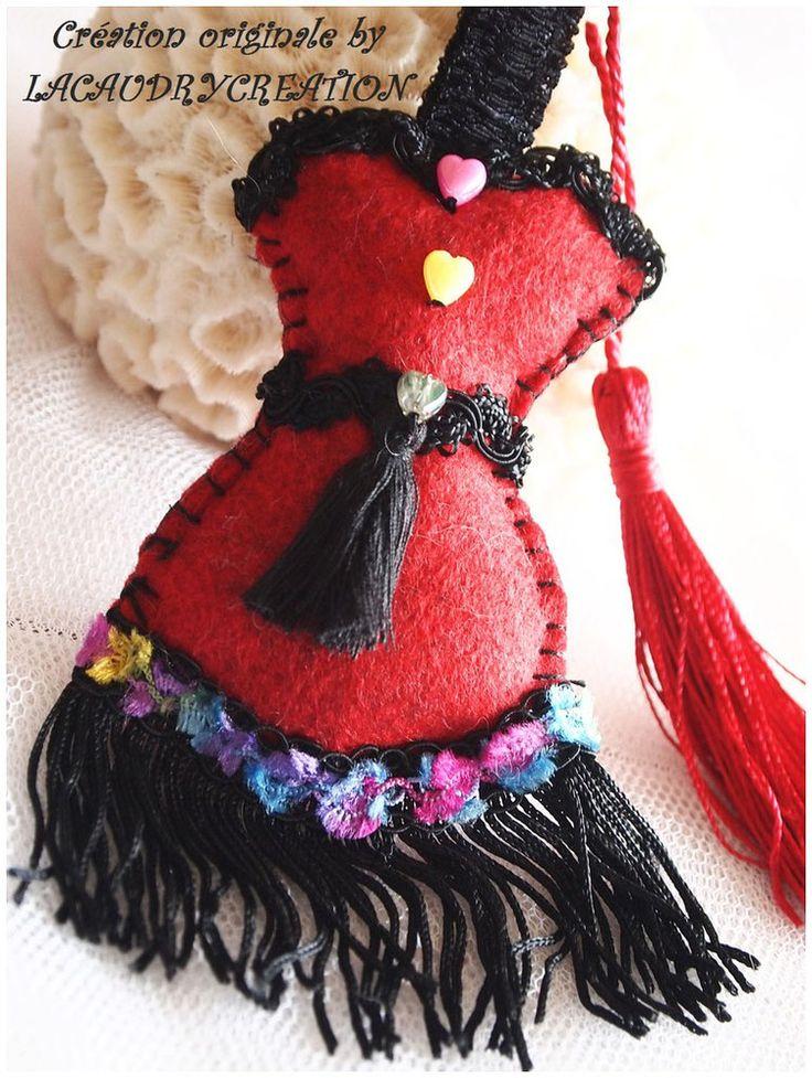 Bijou de sacs Corset robe romantique  CARNAVAL A RIO, feutrine rouge  , dentelles noires à franges