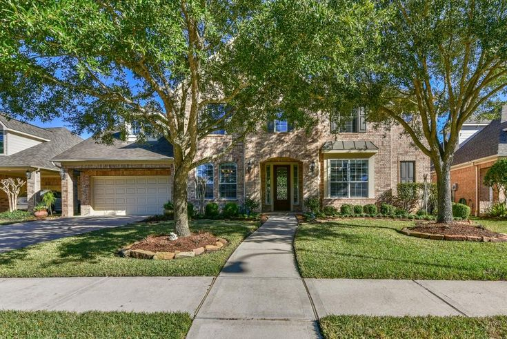 8115 Highland Green Dr Sugar Land, TX 77479: Photo Wonderful & Gorgeous Home in Greatwood Subdivision Now Available!! Three Car Tandem Garage & Located on a Cul-De-Sac. Schools are Easily Accessible.