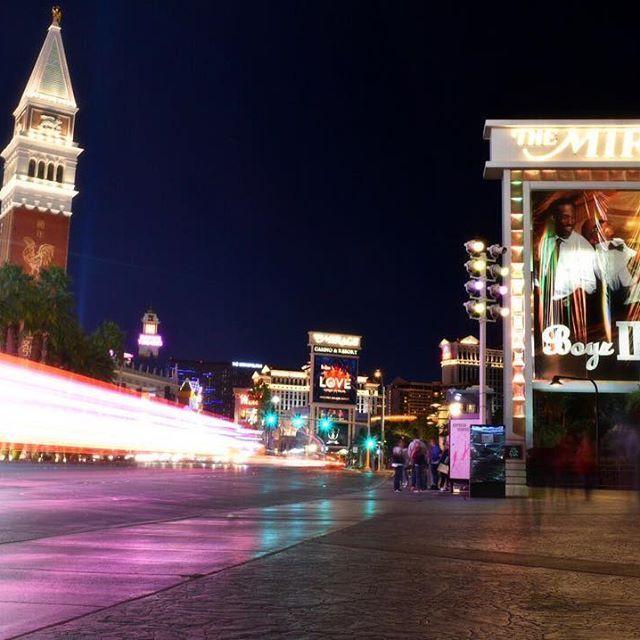 Instagram【tomoki.1218】さんの写真をピンしています。 《Las Vegas Strip ラスベガス・ストリップ道路での1枚 バスがちょうどいい感じに通り綺麗な線になったんで載せてみた #カメラ #一眼 #一眼レフ #ニコン #nikon #nikon倶楽部 #nikon党 #ファインダー越しの私の世界 #写真好きな人と繋がりたい #photo #photooftheday #アメリカ #ラスベガス #旅行 #夜景 #america #usa #lasvegas #lasvegasstrip #vegas #travel #nightview》