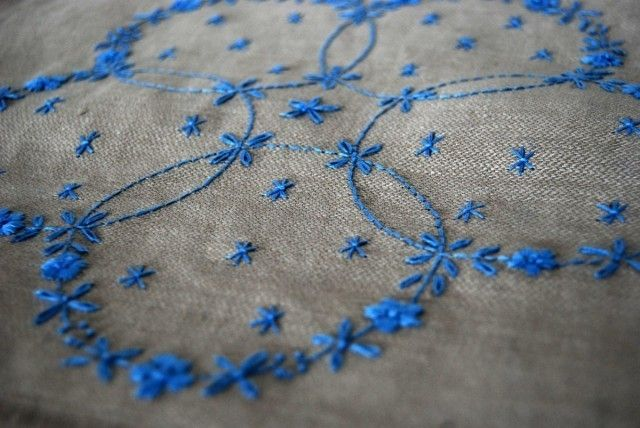 スウェーデン刺繍のリネンのクロス「花輪」 | iichi(いいち)| ハンドメイド・クラフト・手仕事品の販売・購入