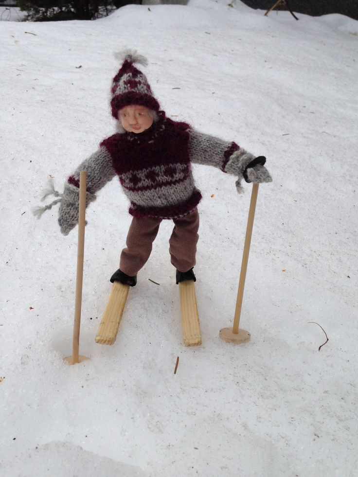 Mikko vaari lähti hiihteleen . Kylläpäs on mukavaa hiihdellä vanhoilla hikilaudoilla