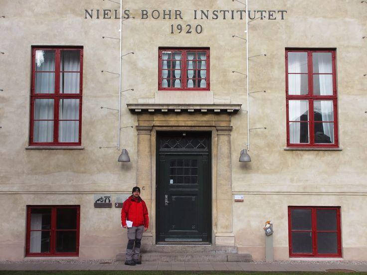 A teoria física que abarca o nosso conhecimento e visão do mundo dos átomos e partículas subatómicas chama-se Mecânica Quântica, e serve de base para todos os desenvolvimentos tecnológicos dos séculos XX e XXI. A sua concepção foi em 1925, na cidade de Goettingen, por um grupo de físicos alemães, Werner Heisenberg, Max Born e …