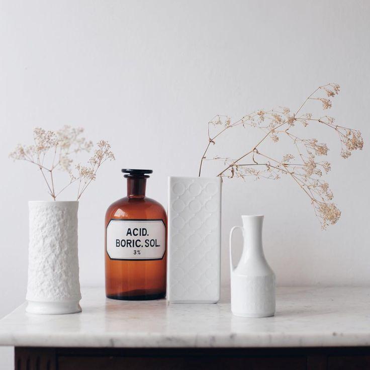Декор для дома. Белые вазы. Аптечные бутылки.