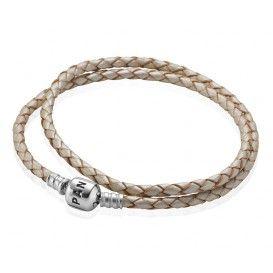 Dubbele Beige lederen Pandora-armband 590705CP met sterling zilveren sluiting is een prachtige toevoeging aan jouw armbanden collectie. Draag deze armband met andere Pandora-armbanden of enkel en laat jouw unieke stijl spreken. Klik hier voor uw maatadvies.