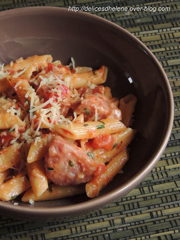 ONE POT PASTA VERSION FRANC-COMTOISE Pour 4 à 6 personnes 1 oignon 1 cuil. à soupe d'huile d'olive 1 boîte de pulpe de tomate la boîte vide de pulpe de tomate remplie à moitié d'eau la boîte vide de pulpe de tomate remplie à moitié de lait 1 saucisse de Morteau 300g de penne 100g de comté râpé de le ciboulette ciselée sel, poivre.