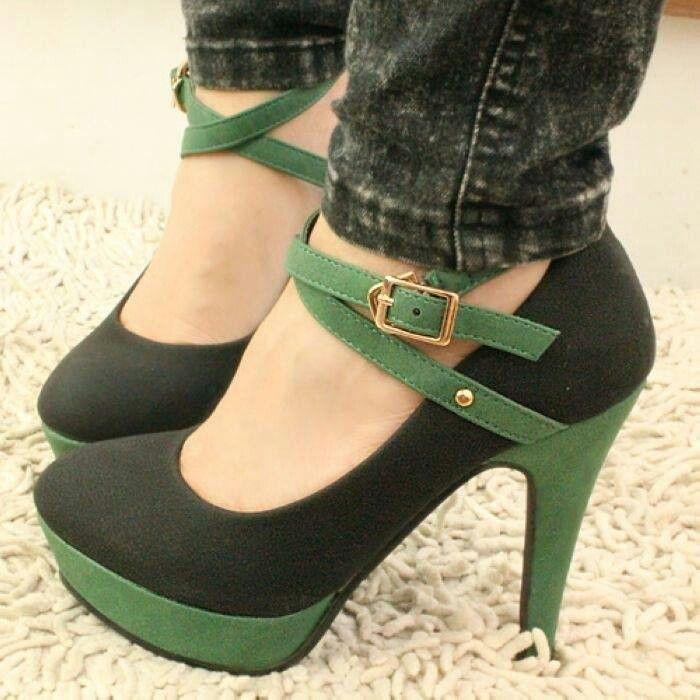Zapatos de tacon negro con doble faja verde