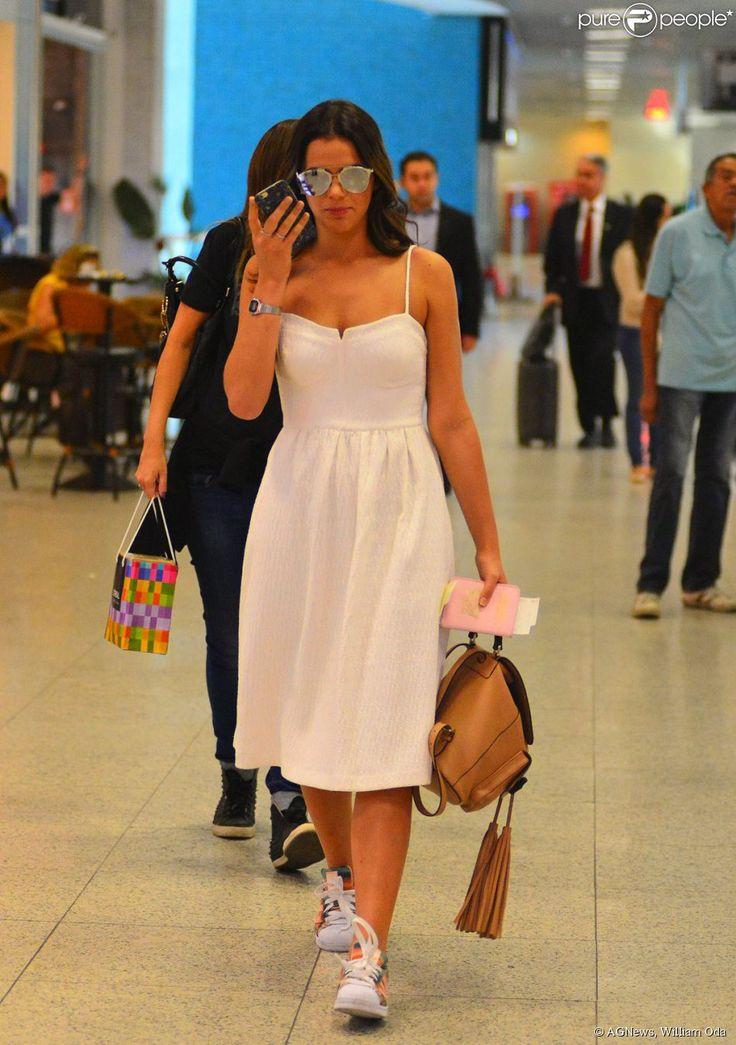 Bruna Marquezine não desgrudou do celular momentos antes de embarcar