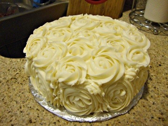 red velvet cake with roses (cream cheese frosting) ABmaedie  LOVE THIS SO PRETTY!