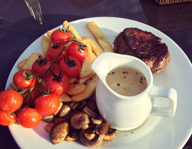 NEW REVIEW: Chateaubriand, grilled vine tomatoes, button mushrooms & chips, with a Peppercorn Sauce #surrey #eatingout #steak #dinner #review #foodblog #blog