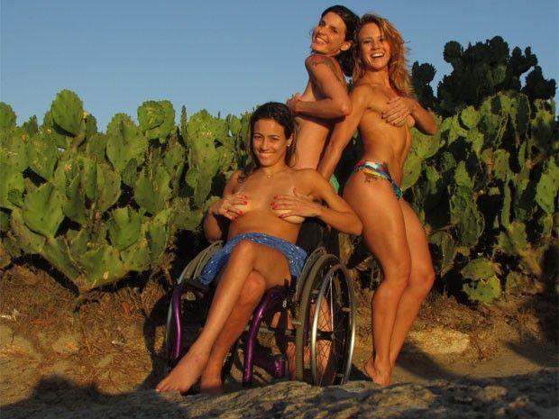 As musas do topless posaram na Praia do Arpoador, na Zona Sul (Foto: Roberto Moura / G1)