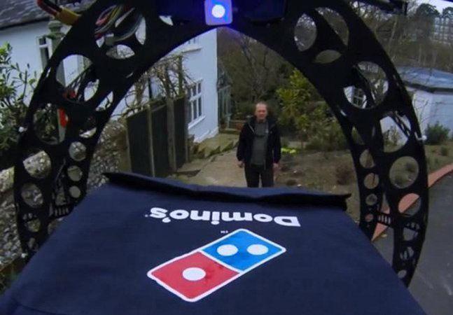 Qual o veículo mais eficaz pra entregar pizzas? A Domino's fez a pergunta e, pouco depois, trouxe uma resposta: o helicóptero (pelo menos não enfrenta o trânsito no Brasil). Em uma ação nos arredores de Londres, a marca chamou a atenção do mundo por cruzar o céu com duas pizzas de pepperoni prontas pra entregar. Por enquanto, as motos vão continuar a ser o veículo privilegiado para a entrega ao domicílio, mas o teste promovido pela Domino's pode ser uma antecipação do futuro. Tudo aconteceu…