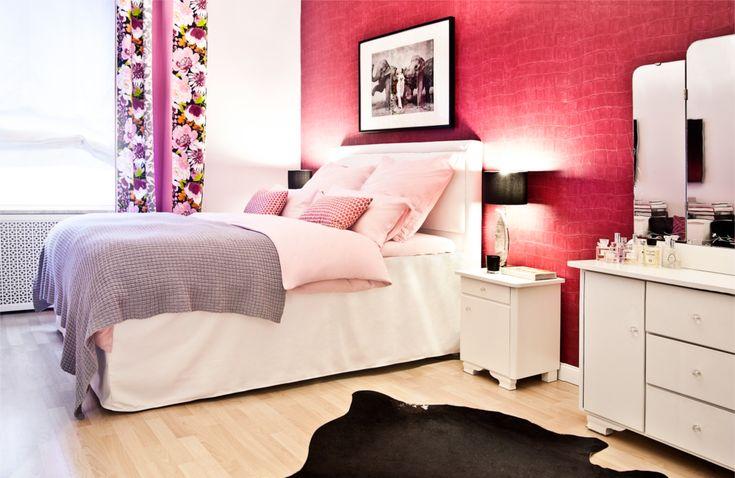 Розовые обои, огромные зеркала, оригинальный декор – эксцентричная спальня понравится модницам, любящим насыщенную жизнь, гламурный стиль и ритм городской жизни. Для создания такой необычной спальни достаточно нескольких акцентов: одна стена насыщенного цвета, яркий текстиль и большие зеркала.