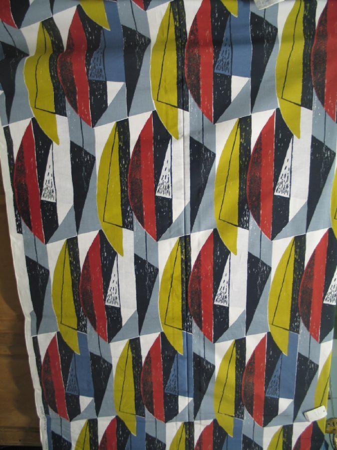Textil, Florida Farma Textiltryck AB, Partille Sverige 1950-tal, 50-talsmönster i rött, blått, svart och olivgrönt, längd 2.20 meter, 130 cm bred, tyget märkt efter långsida: SVENSKT HANDTRYCK FLORIDA, märkt med prislapp:Farma Textiltryck AB, Partille, handskrivet på stocken: Kv. Esco Florida 34 (nytt oanvänt tyg från 1950-talet)