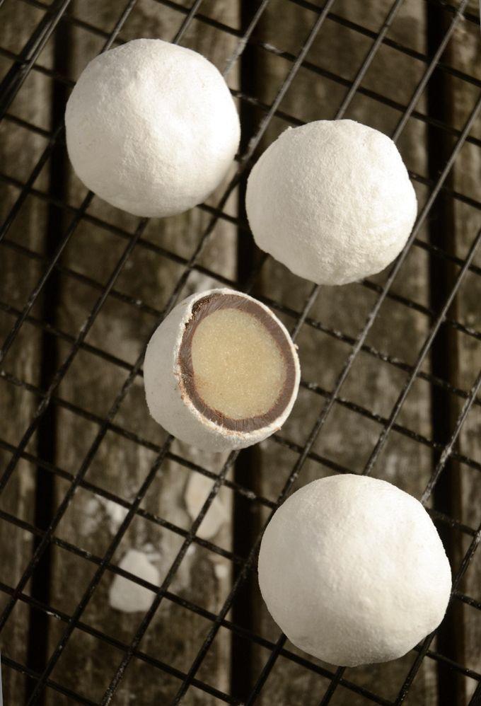 Lav dine egne snebolde med marcipan, et tykt lag mørk chokolade og sprød, hvid sukkercoating.