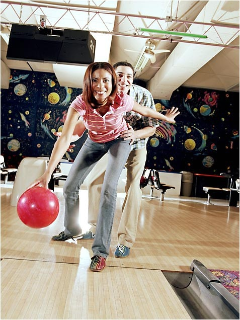 Easy Ways to Burn 100 More Calories a Day Hit the Lanes Go bowling for 30 minutes and you can burn (on average) about 100 calories or more! This active pastime is a great way to blow off steam and burn up calories with the whole family. Just be careful not to indulge in too much snack-bar food between turns.