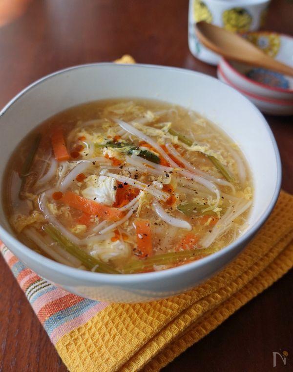 もやしと、冷蔵庫に半端に残っている野菜で作れるお手軽サンラータン風スープです。酸味と辛みがあとひく美味しさで、水溶き片栗粉でとろみを付けるので身体もポカポカ温まります。低コスト&短時間で作れるのも嬉しいポイントです。