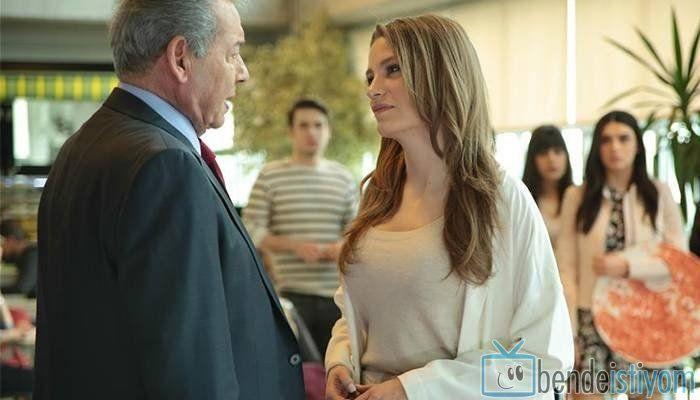 Star TV yayınlanan Medcezir dizisinde  Mira Beylice  karakterini canlandıran Serenay Sarikaya'nın, 68. bölümünde giydiği arkası düğmeli kazak