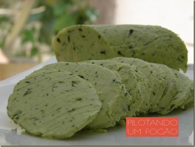 Veja como preparar manteiga temperada para dar ainda mais sabor aos alimentos.