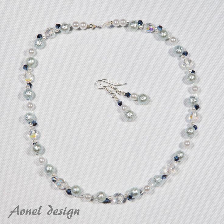 Vévodkyně z Devonshiru I. Elegantní náhrdelník pro slavnostní příležitost, který rozzáří každý dekolt. Použitý materiál: bílé voskové perly stříbrné voskové perly tmavě modré cínové perly nylonové lanko bižuterní komponenty: postříbřené