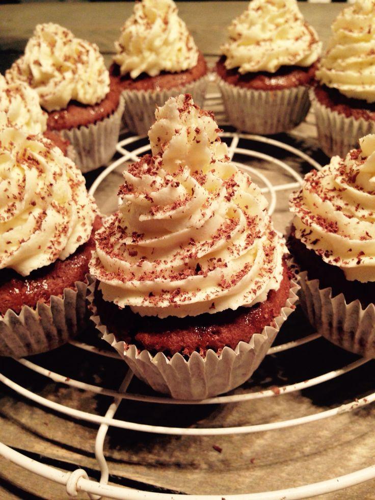 Chocolade-sinaasappelcupcakes! Cakejes met extra pure chocolade, sinaasappelsiroop en een botercrème van witte chocolade en sinaasappelrasp. Fijn weekend!