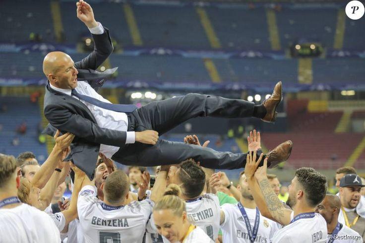 Le Real Madrid de Zinédine Zidane, porté par les joueurs de son équipe, remporte la Ligue des champions aux tirs au buts face à l'Atlético de Madrid, (5-3 t.a.b) après un match nul 1-1 à Milan le 28 mai 2016. 28/05/2016 - Milan