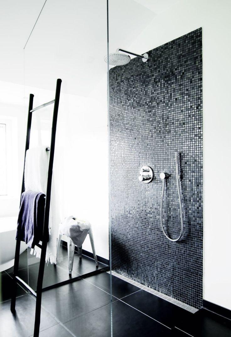 Ebenerdige Dusche Schwarz Weiss Mosaikfliesen Armatur Modern Minimalistisch Dusche Fliesen Badezimmer Badezimmer Schwarz