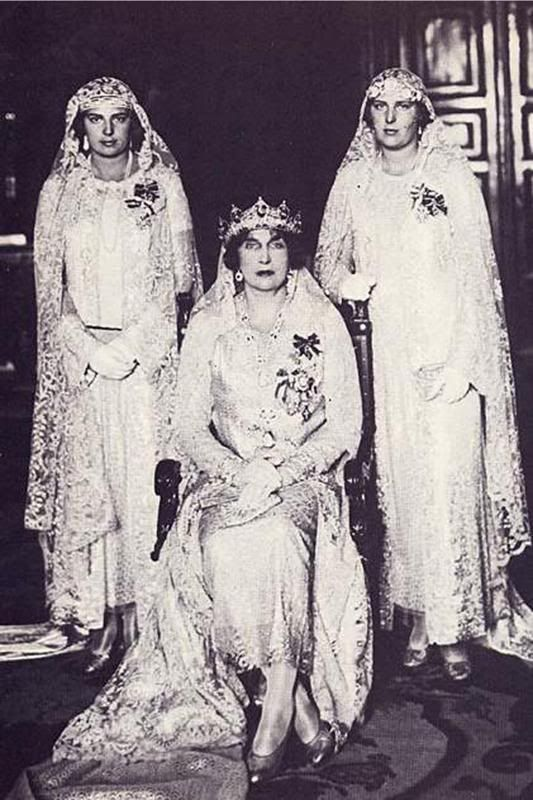 La reina Victoria Eugenia con sus hijas las infantas Cristina y Beatriz