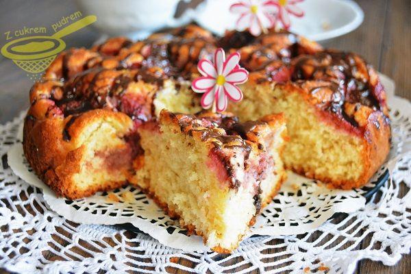 z cukrem pudrem: Ciasto kokosowe z truskawkami i czekoladą