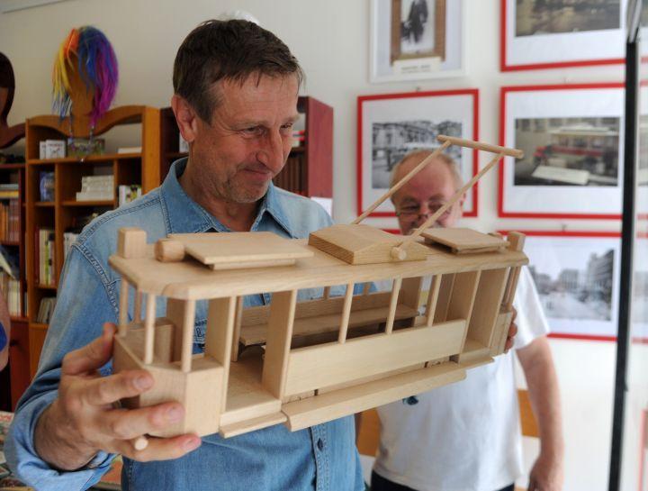 Václav Vydra a naše hračka tramvaj ze dřeva